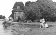 Abingdon, Relaxing By The Lock c.1960
