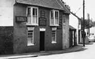 Barton Upon Humber, Wheat Sheaf Hotel, Holydyke c.1955