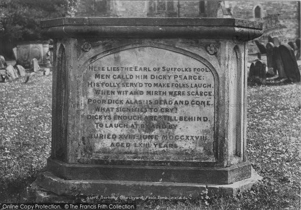Berkeley, Churchyard, Fools Tomb 1904