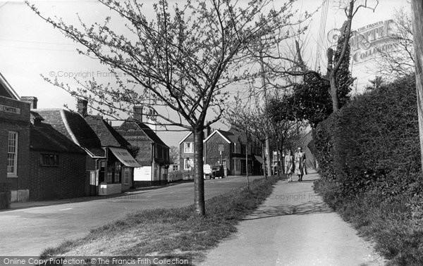 Billingshurst, The Side Walk c.1950