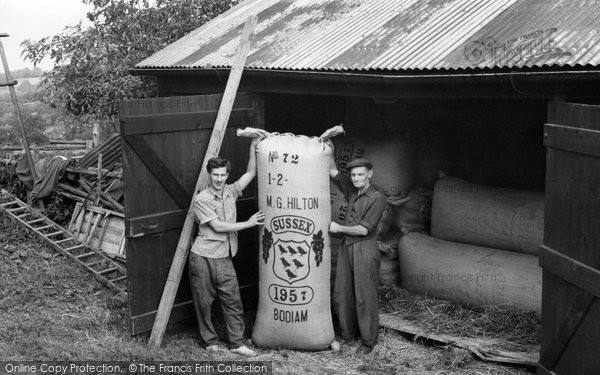 Bodiam, Hop Packing 1957