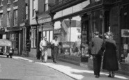 Bromyard, Couples In Broad Street c.1955