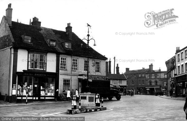Bungay, Market Place Showing The Black Dog Of Bungay c.1960