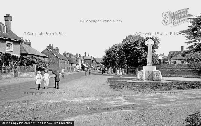 Cookham, The War Memorial And Village Street 1925