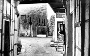 Henley-on-Thames, White Hart Hotel, The Courtyard c.1955
