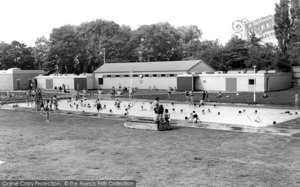 Hull, East Park, The Lido c.1965