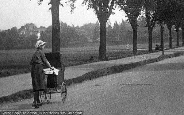 Newmarket, Mother And Pram 1922