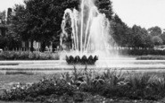 Welwyn Garden City, The Fountain, Parkway c.1955
