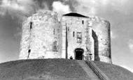 York, Cliffords Tower c1950
