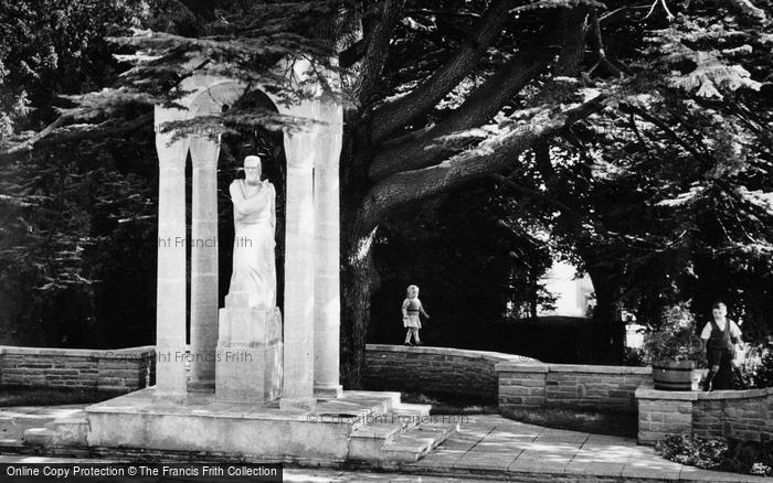 Photo of Aldershot, Manor Park, Children By The Heroes' Shrine c.1960