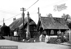 Avebury, The Old Cottages And Lych Gate c.1955