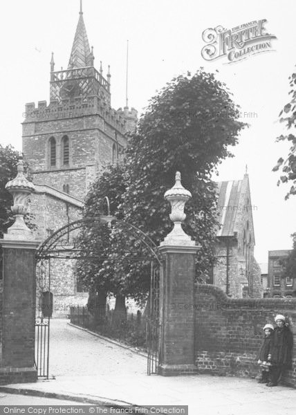 Photo of Aylesbury, Girls At St Mary's Church Gates 1927