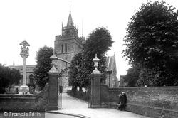 Aylesbury, St Mary's Church And Cross 1927