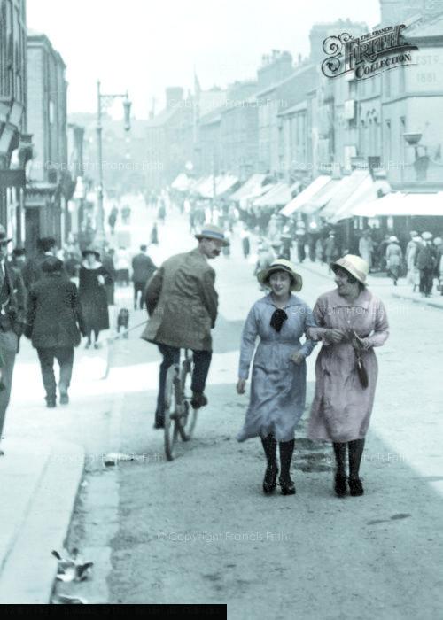 Barrow In Furness, Girls In Dalton Road 1918