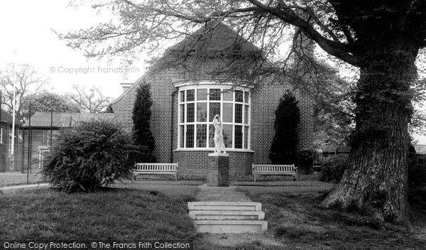 Barrow Upon Soar, The Statue And Library c.1955