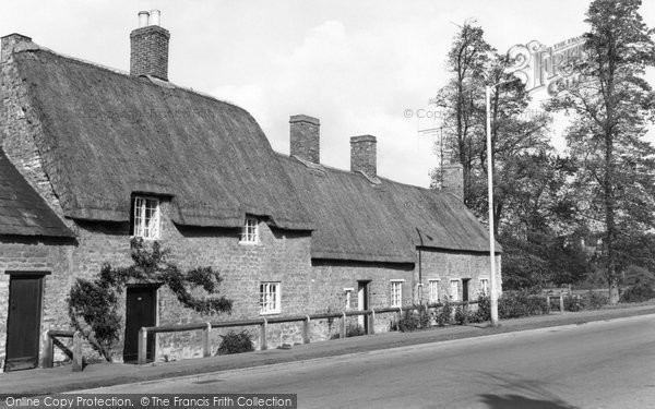 Barton Seagrave, Thatched Cottages c.1960
