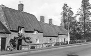 Barton Seagrave, Thatched Cottages c1960