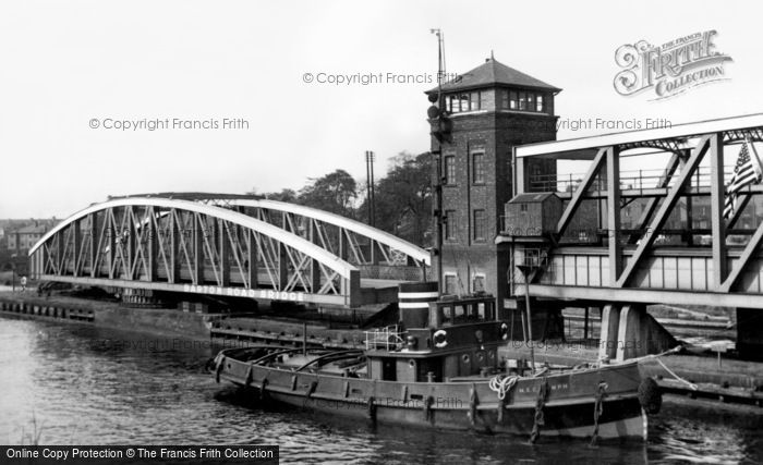 Barton Upon Irwell, Tug Going Down The Ship Canal c.1955