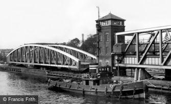 Barton upon Irwell, Tug going down the Ship Canal c1955