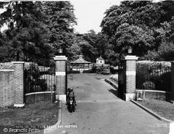 The War Memorial Park Gates c.1955, Basingstoke