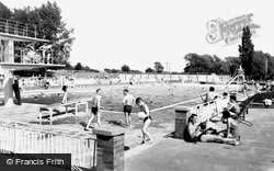 Bedford, Newnham Outdoor Pool c.1960