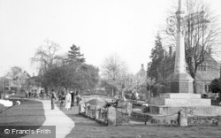 Bourton-on-The-Water, Memorial Corner c.1955
