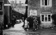 Bourton-on-The-Water, Visitors To Studio Café c.1950