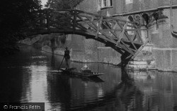 Cambridge, Punting Under Queens' College Bridge 1931