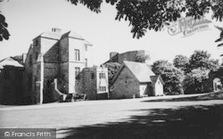Carisbrooke, Castle, The Great Hall And Keep c.1960