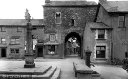 Cartmel, The Gatehouse And Market Cross 1921
