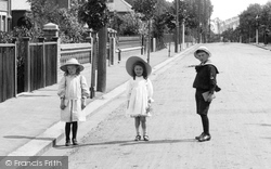 Caversham, Children In Albert Road 1908