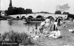 Chertsey, On The River Bank c.1950