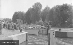 Chertsey, The Lock 1949