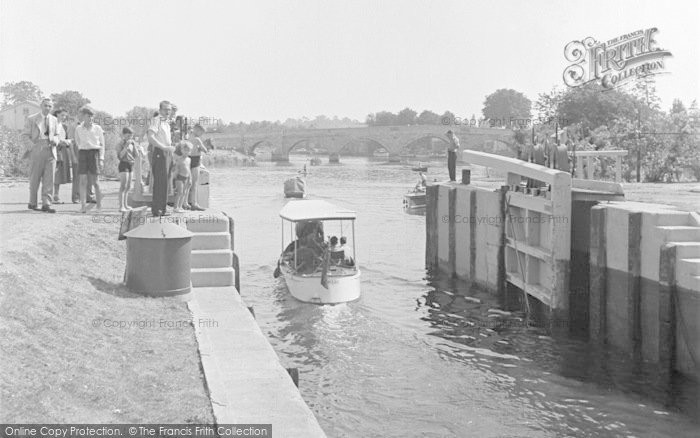 Photo of Chertsey, The Lock 1949