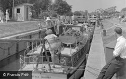 Chertsey, the Lock c1950
