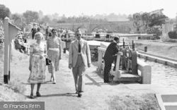 Chertsey, Visitors To The Lock 1949