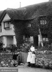 Chudleigh Knighton, Children At The Clay Cutters Arms 1907