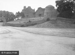 Dirleton, Castle And Dovecot 1961