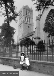 Dundee, Girls By The Old Steeple 1907