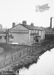 Ellesmere Port, Shropshire Union Canal, A Threlfalls Pub c.1955