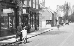 Ewell, Mother And Daughter, High Street 1925