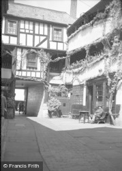 Gloucester, The Yard Of The New Inn 1949
