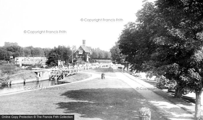 Goring, the Lock 1896.  (Neg. 38312)  © Copyright The Francis Frith Collection 2008. http://www.francisfrith.com
