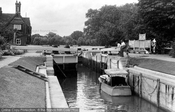 Goring, the Lock c1955.  (Neg. G34006)  © Copyright The Francis Frith Collection 2008. http://www.francisfrith.com