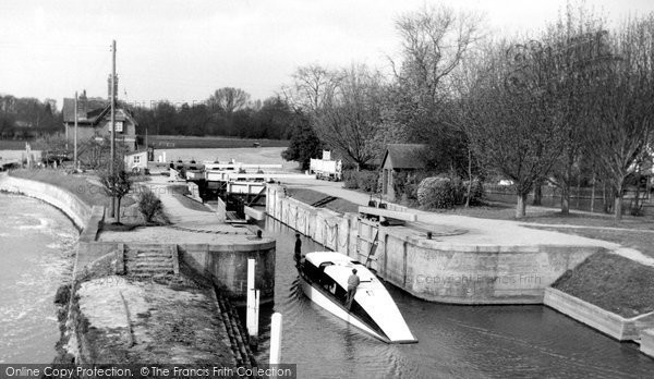 Goring, the Lock c1960.  (Neg. G34031)  © Copyright The Francis Frith Collection 2008. http://www.francisfrith.com