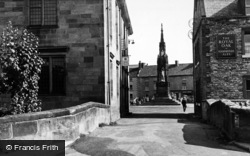 Helmsley, The Monument And Castlegate c.1955