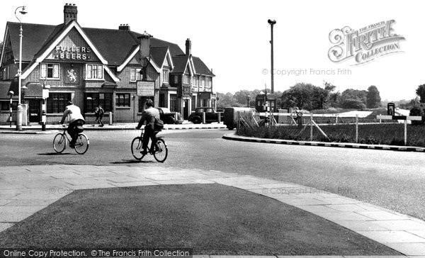Hillingdon, Circus and Golden Lion c1950