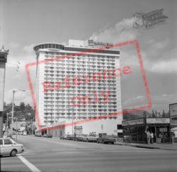 Holiday Inn 1982, Hollywood