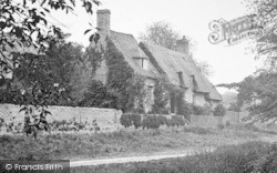 Front Of Thatched Cottage 1914, Holywell