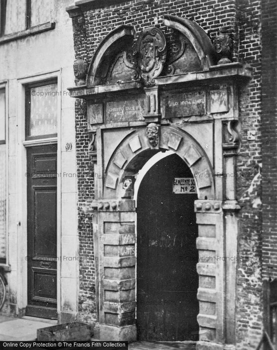 Photo of Hoorn, Kruisstraat, Poortje Latin School c.1930